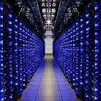 Der dunkle Gang ist gesäumt von unzähligen Servern.