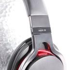 Beim Verstellen der Bügelweite gibt der Kopfhörer keinen Mucks von sich. (Bild: netzwelt)