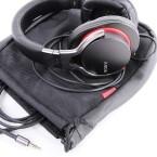 Zwei Kabel und Samttasche: Ein Adapterstecker für große Stereo-Anlagen fehlt im Lieferumfang. (Bild: netzwelt)
