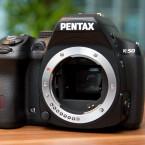 Der CMOS-Sensor im APS-C-Format bietet eine Auflösung von 16 Megapixeln. Der Pentaprismasucher ist hell und groß. Hinzu kommt, dass er 100 Prozent des Bildfeldes abdeckt. (Bild: netzwelt.de)