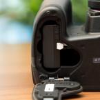 Ein Novum ist das Batteriefach. Hier passen mit einem Adapter auch handelsübliche Batterien der Größe AA hinein. (Bild: netzwelt)