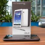 Das Smartphone ist aber vergleichsweise dick und schwer. (Bild: netzwelt)