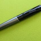 Im Design und in der Verarbeitung hat sich im Vergleich zum Vorgänger kaum etwas geändert. Der Stift liegt gut in der Hand und ist nicht zu schwer. (Bild: netzwelt)
