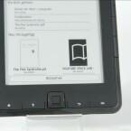 Nutzer steuern den E-Reader über die physikalischen Tasten am Rand. (Bild: netzwelt)
