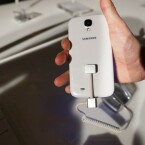 Die Rückseite des Galaxy S4 fühlt sich nicht mehr so rutschig an wie noch beim Galaxy S3. (Bild: netzwelt)