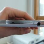 Das Galaxy S4 ist unter anderem mit einem Infrarotsensor (links), LTE und einem Kopfhöreranschluss ausgestattet. (Bild: netzwelt)