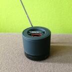 Wer die mitgelieferte Antenne anschließt, verwandelt den Mini-Speaker in ein FM-Radio. (Bild: netzwelt)