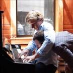 Um die Hände des Pianospielers zu filmen, lässt sich der Google Glass Photographer in den Schwitzkasten nehmen. (Bild: Petapixel)