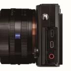 Neu ist die Möglichkeit ein externes Mikrofon für Videoaufnahmen anzuschließen. (Bild: Sony)