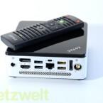 Der Mini-PC wird zusammen mit Fernbedienung, VESA-Halterung und WLAN-Antenne geliefert. (Bild: netzwelt)