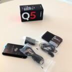 Auch Kopfhörer, die sich als Headset verwenden lassen, sowie Netzteil und USB-Kabel legt BlackBerry dem Q5 bei. (Bild: netzwelt)