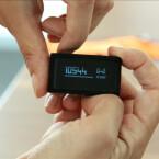 Der Tracker besitzt einen Touchscreen und lässt sich zusätzlich über einen physischen Knopf steuern. (Bild: netzwelt)