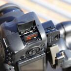 Neben SD-Karten speichert die Kamera auch auf Sonys Memory-Sticks und verwendet den gleichen Akku wie auch die anderen Alpha-Modelle. (Bild: netzwelt)