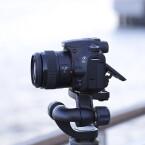 Das Gehäuse der Kamera ist gut verarbeitet, allerdings vermitteln die verwendeten Materialien und das Plastik-Bajonett einen billigen Gesamteindruck. (Bild: netzwelt)