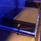 Anfassen verboten: Die PS4 war nur hinter Plastikglas zu sehen. (Bild: netzwelt)