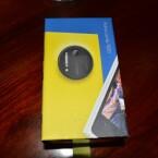 Blauer Pappkarton mit bunten Bildern - das Lumia 1020 kommt in typischer Umverpackung in den Handel. (Bild: netzwelt)