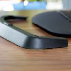 Die Kunststoffschiene hebt die Tastatur ein gutes Stück weit an und lässt sich per Magnet befestigen. (Bild: netzwelt)