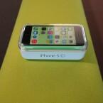 Im Gegensatz zum iPhone 5s liegt es nicht in einem Pappkarton, sondern in einer durchsichtigen Kunststoffbox. (Bild: netzwelt)