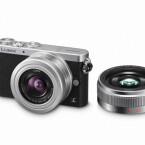 Die Kamera passt mit dem neuen 12-32mm Zoomobjektiv oder der Pancake-Festbrennweite locker in die Jackentasche. (Bild: Panasonic)