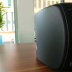 An der Seite des Jongo T4 sitzen der Ein/Aus-Button sowie eine Stummschalttaste und Laut/Leiser-Knöpfe. (Bild: netzwelt)
