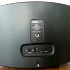 Auf der Rückseite des Jongo T4 deutlich zu erkennen: Ein Schraubgewinde zur Befestigung des Lautsprechers auf einem Stativ. Außerdem verbaut: eine WLAN-Taste zur Einrichtung, ein USB-Port für Produkt-Updates und ein optionaler Ethernet-Adapter sowie die Netzteil-Buchse. Der Klinkeneingang nimmt externe Geräte wie MP3-Player auf. (Bild: netzwelt)