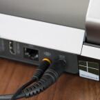 Der Anschluss erfolgt über die Rückseite. Dummerweise werden an den Subwoofer auch Systemgeräusche weitergegeben. (Bild: netzwelt)