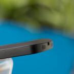 Unschön ist der kleine Spalt zwischen Akkudeckel und Gehäuse - denn er könnte den Nutzer dazu verführen, die fest verankerte Rückseite abnehmen zu wollen. (Bild: netzwelt)