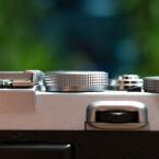 Grandiose Bedienung: Die Kamera lässt sich perfekt manuell bedienen, und so bietet die Fujifilm über drei bis vier Einstellräder kontinuierlichen Zugriff auf Fokus, Zeit, Blende und Belichtungskorrektur. (Bild: netzwelt)