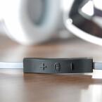 Über die mitgelieferte Kabelfernbedienung samt Mikrofon lassen sich iPhone und Co. ansteuern. (Bild: netzwelt)