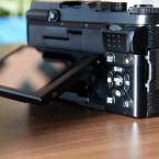 Das Display misst drei Zoll und kann um 90 Grad nach oben und unten geklappt werden. (Bild: netzwelt)