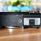 Das Stativgewinde befindet sich nicht in der optischen Achse und blockiert zudem mit angesetzter Stativplatte den Zugriff auf Akku und Speicherkarte. (Bild: netzwelt)