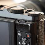 Lediglich über eine Funktionstaste auf der Oberseite verfügt die X-M1. Die Bedienelemente auf der Rückseite sind fest belegt. (Bild: netzwelt)