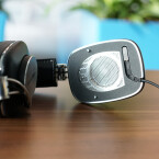 Die Ohrmuscheln aus Leder haften per Magnet am Chassis und lassen sich leicht auswecheln. (Bild: netzwelt)