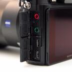 Neben einem HDMI und einem USB-Anschluss verfügt die Alpha 7R über einen Kopfhörer- und Mikrofonanschluss. (Bild: netzwelt)