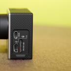Der Akku wird über den USB-Anschluss geladen. Über den HDMI-Anschluss kann die Kamera Videos direkt auf dem Fernseher wiedergeben. (Bild: netzwelt)