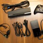 Käufer erhalten ein Gamepad, den Kinect, ein HDMI-Kabel und neben dem Netzteil auch ein Mono-Headset. (Bild: netzwelt)