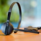 Für den Chat mit Freunden liegt ein Mono-Headset der Xbox One bei. (Bild: netzwelt)