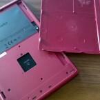 Unter der Abdeckung kommt der microSD-Kartenslot zum Vorschein. Maximal 32 zusätzliche Gigabyte sind möglich. (Bild: netzwelt)