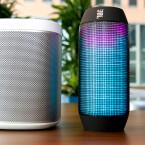 Größenvergleich mit dem Sonos S1. Pulse ist in etwa so groß wie zwei übereinander gestapelte Bierdosen. (Bild: netzwelt)