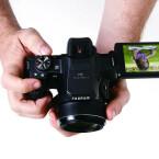 Die FinePix S1 ist mit WLAN ausgestattet, um die Kamera mit dem Smartphone verbinden zu können. Zudem ist die Elektronik in einem wetterfesten Gehäuse untergebracht. (Bild: Fujifilm)
