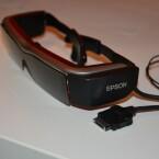 Per Kabel wird sie mit dem Controller verbunden, der die Moverio gleichzeitig mit Strom versorgt. (Bild: netzwelt)