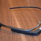 Die gesamte Hardware der Google Glass befindet sich im rechten Bügel. (Bild: netzwelt)
