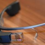 Das Prisma vor dem rechten Auge erzeugt ein kleines, virtuelles Fenster, in dem der Nutzer Informationen sieht. (Bild: netzwelt)