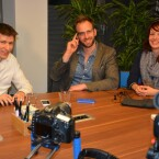 Die netzwelt-Redakteure Annika Demgen (rechts) und Jan Kluczniok (links) im Gespräch mit Trendforscher und Google Glass-Besitzer Nick Sohnemann. (Bild: netzwelt)