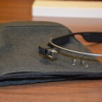 Zum sicheren Transport der Datenbrille legt Google jedem Glass-Modell einen solchen Beutel bei. (Bild: netzwelt)