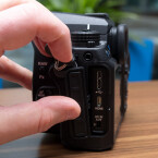 Die K-3 weist einen USB 3.0-Anschluss auf, um Bilder schnell auf den PC zu übertragen. Daneben gibt es noch einen HDMI-Ausgang, einen Mikrofonanschluss und eine Buchse für die Stromversorgung. (Bild: netzwelt)