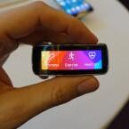 Es handelt sich um ein sogenanntes Curved Display. Der Bildschirm ist gebogen und schmiegt sich an den Arm des Nutzers. (Bild: netzwelt)