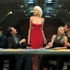 """Nicht nur Science-Fiction-Fans sollten einmal einen Blick auf """"Battlestar Galactica"""" werfen. Die Neuinterpretation des """"Kampfstern Galactica"""" von 1978 bietet eine äußerst spannende Handlung rund um Menschen, Zylonen und die griechische Mythologie, die sich über vier gut konzipierte Staffeln erstreckt. (Bild: Universal)"""