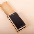 Öffnet der Nutzer den Karton, erblickt er gleich das Galaxy S5. (Bild: netzwelt)
