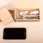 Unter dem Smartphone liegt direkt das Zubehör. (Bild: netzwelt)